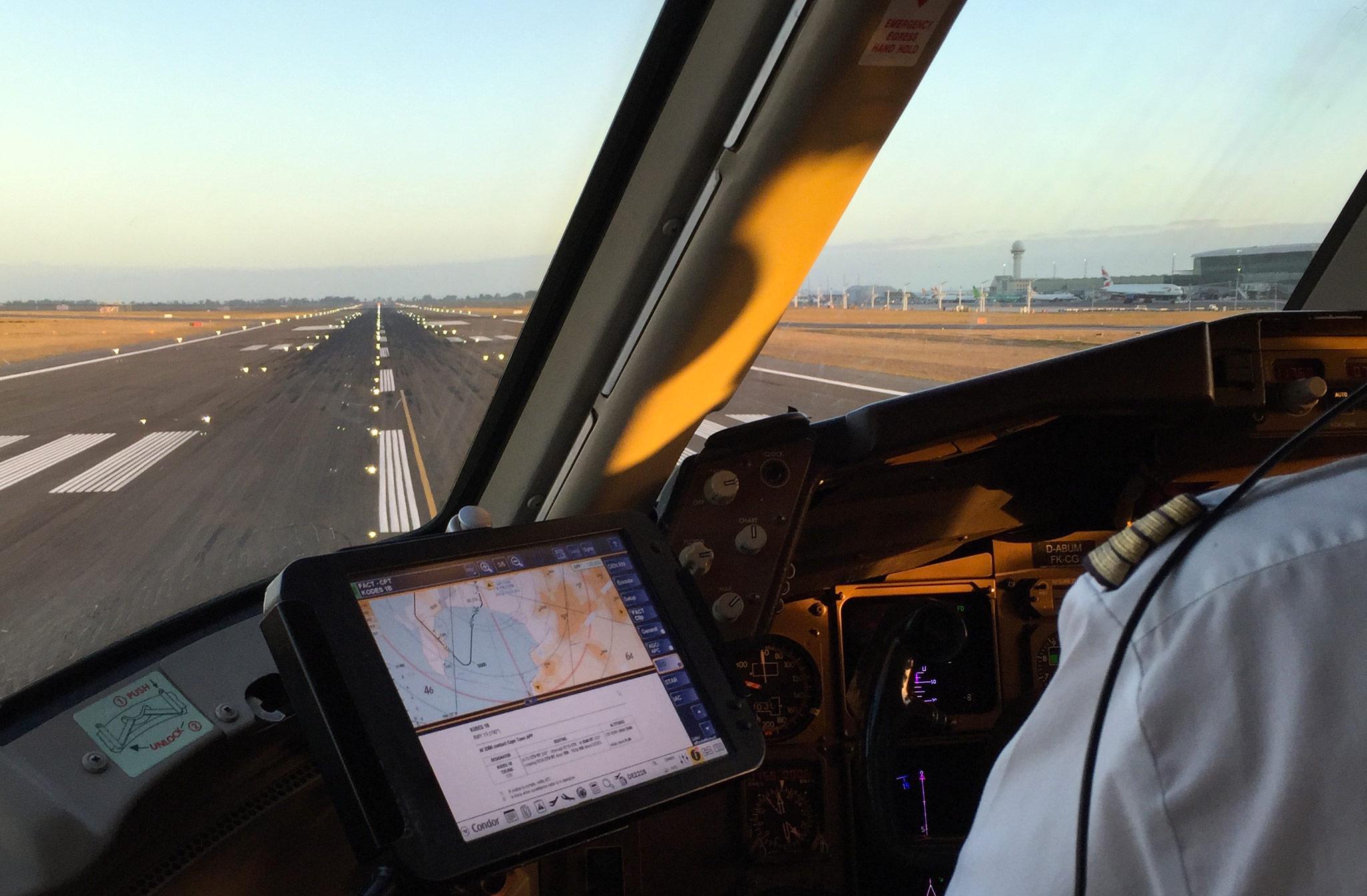 Im Flugzeug Cockpit einer Condor Maschine vor dem Abflug