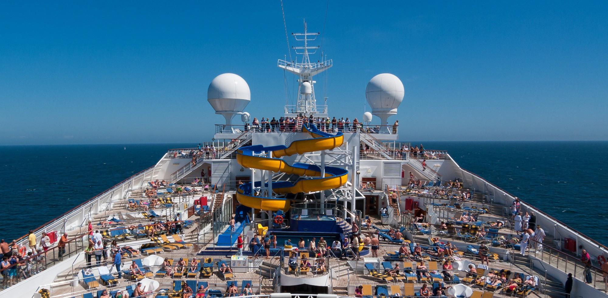 Blick über Kreuzfahrtschiff