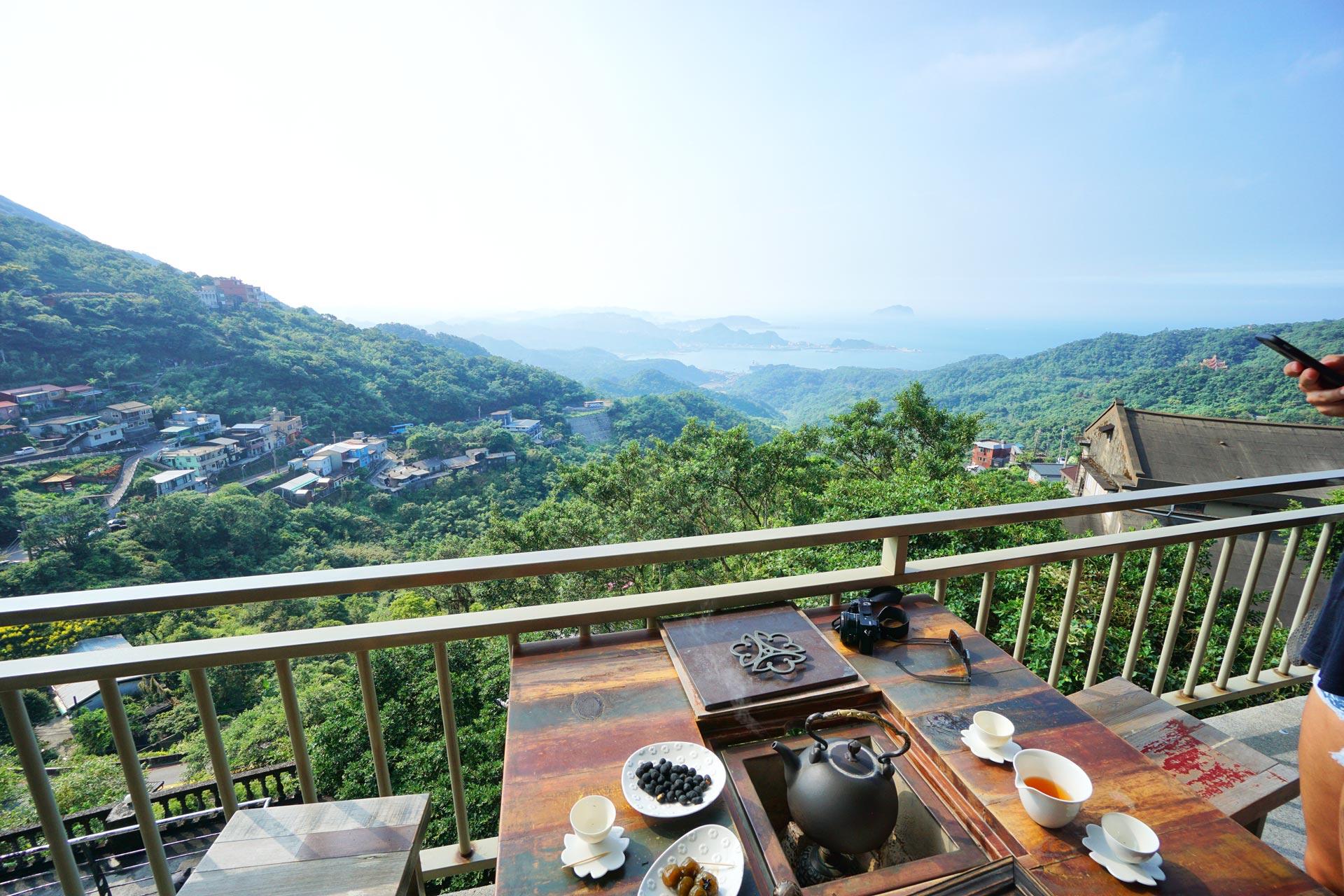 Teegenuss mit Ausblick über Jiufen. Atemberaubende Schönheit bei einer entspannten Tasse Tee.