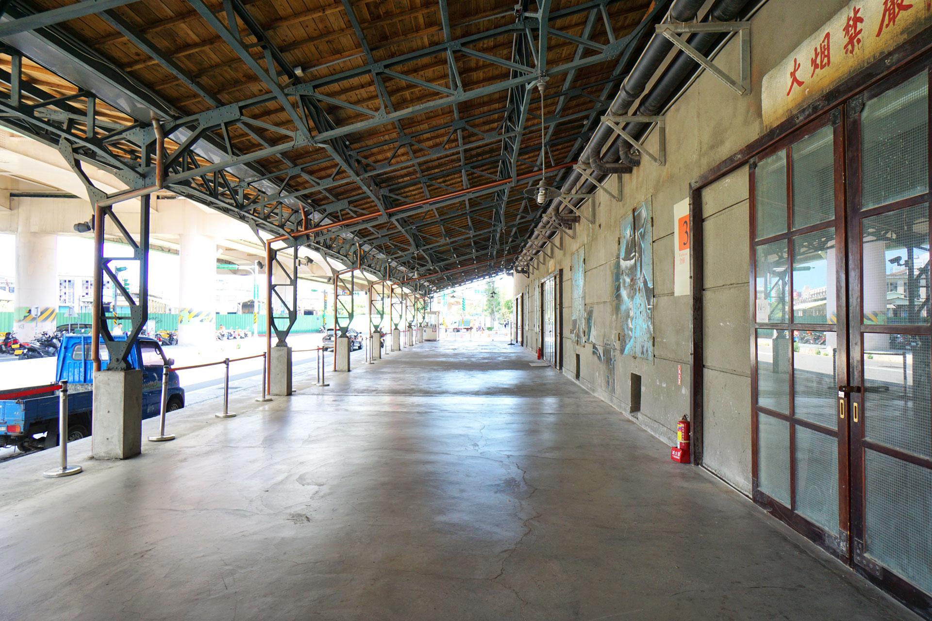 Lagerhallen die zu Event-Locations und Galerien umfunktioniert wurden im Songshan Cultural and Creative Park