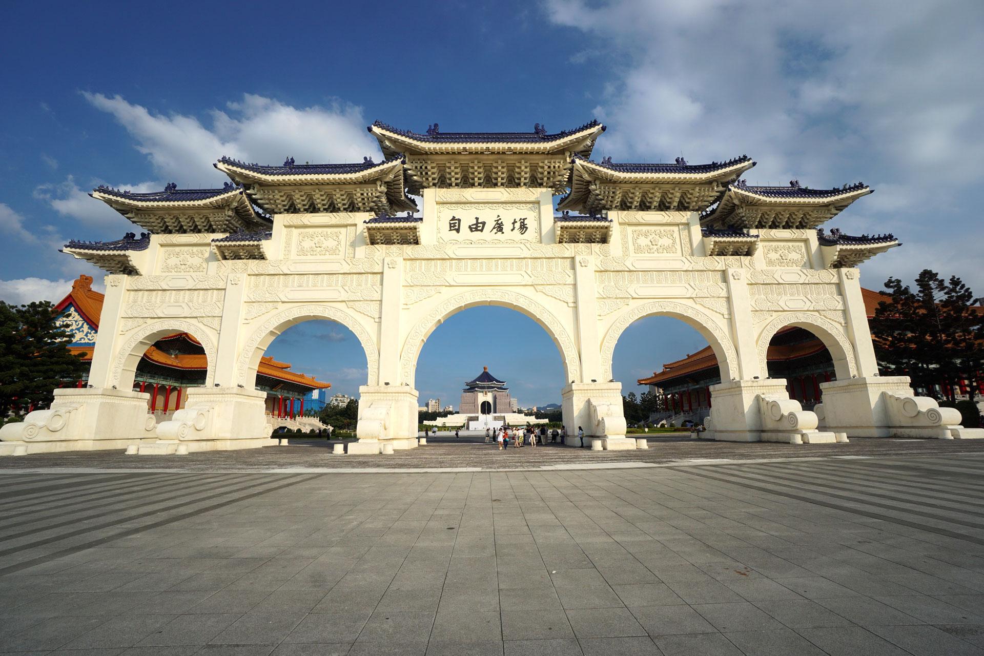 Kolossales Eingangstor mit Blick auf die National Chiang Kai-shek Memorial Hall