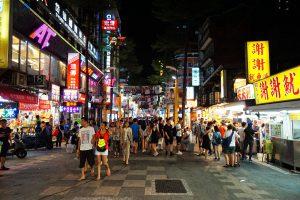 Die Ximending Shopping Street ist besonders bei Nacht stark besucht.