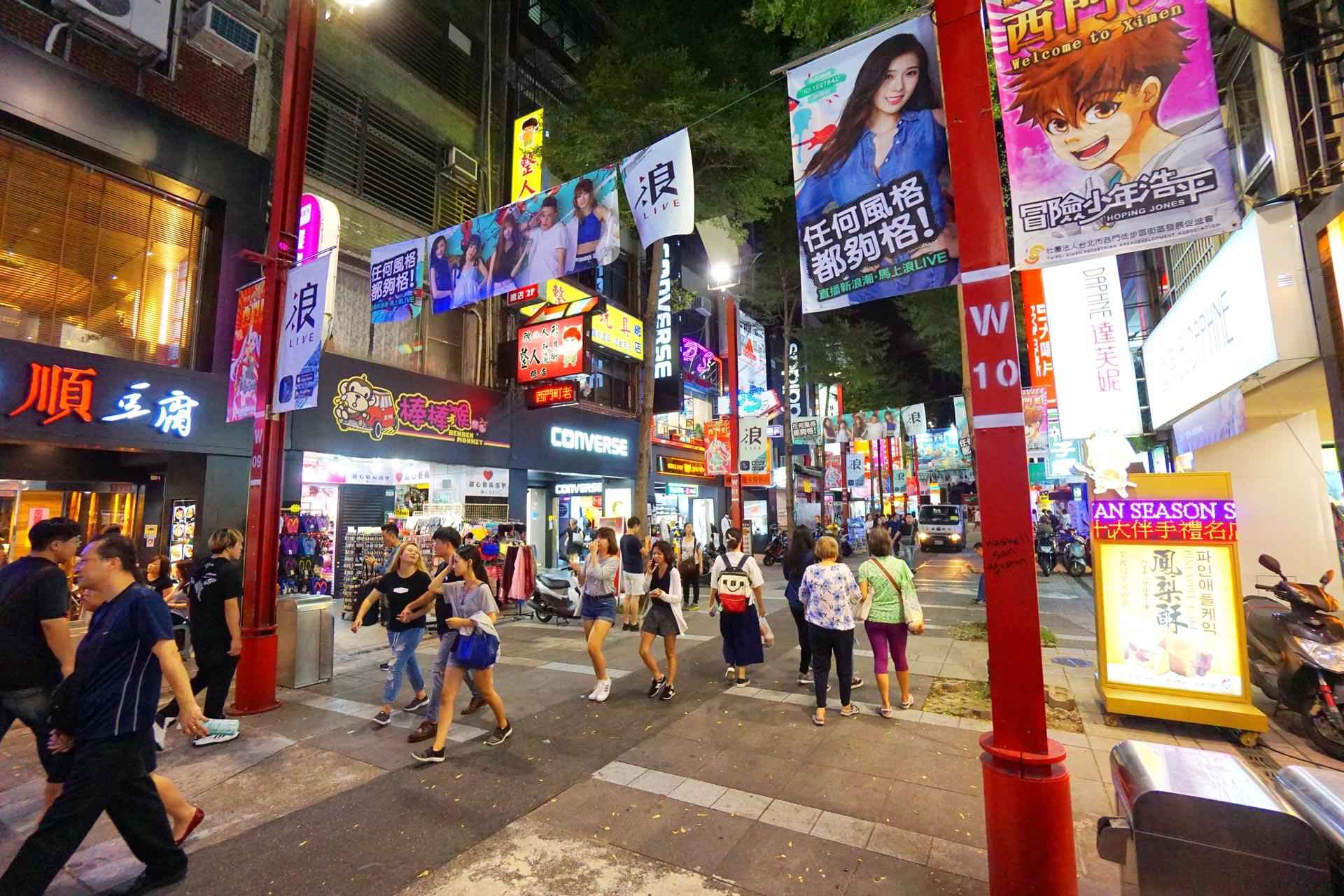 Bunte Werbung in der Die Ximending Shopping Street