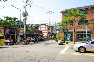 Eingang zu einer der vielen Einkaufsstraßen in Samcheongdong mit kleinen Boutiquen und Cafes