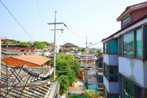 Blick über die Dächer von Bukcheon. Gut zu sehen sind traditionelle Häuser neben moderneren Bauten.