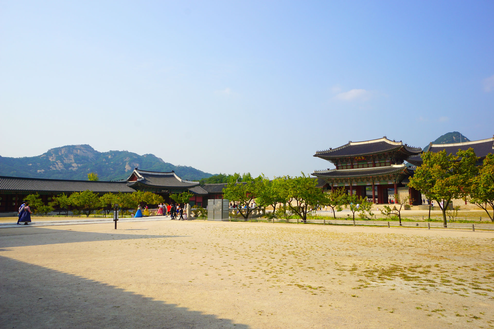 Plaza im Königspalast Gyeongbokgung mit den Bergen im Hintergrund