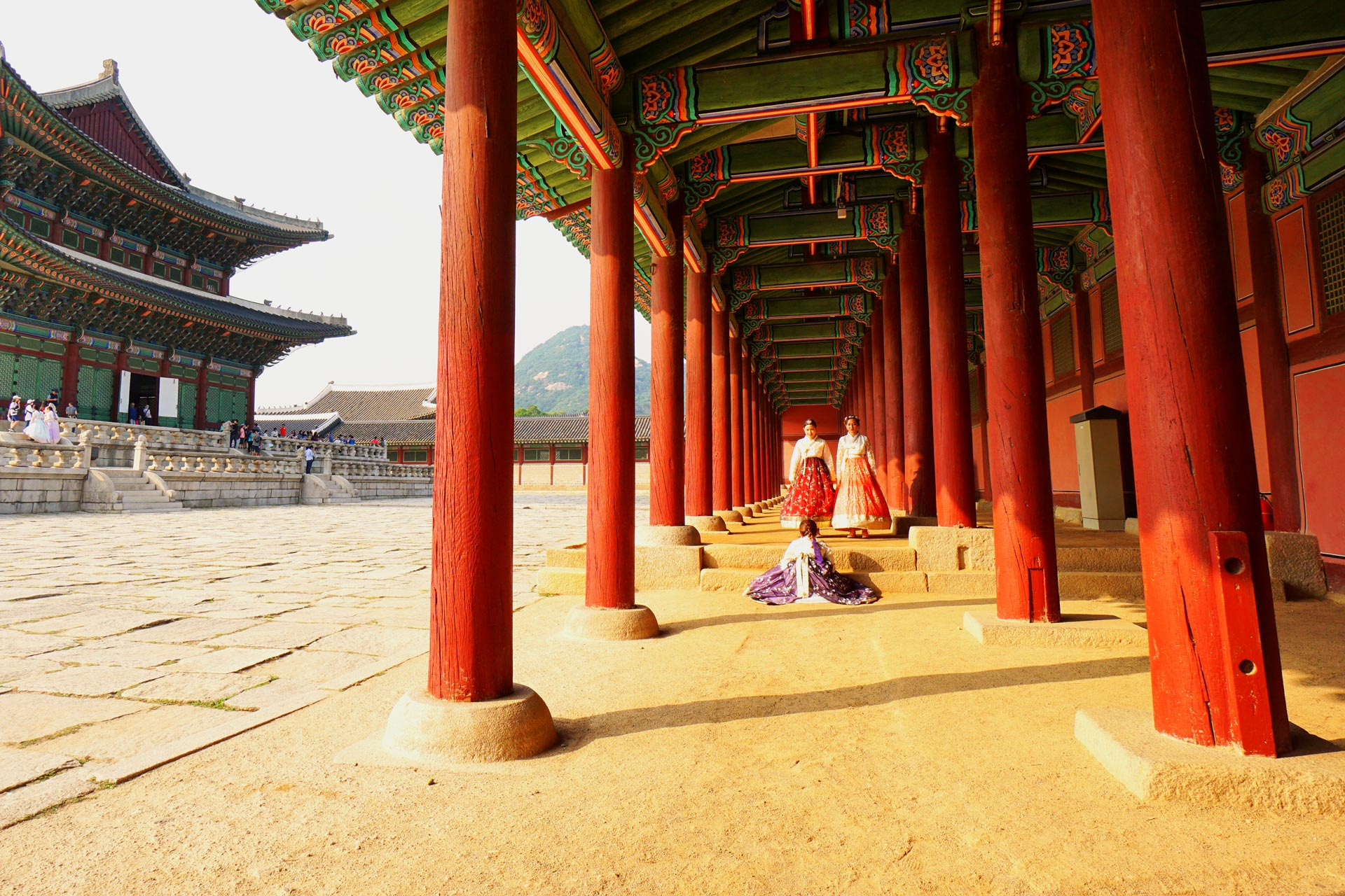 Mädchen im traditionellen koreanischen Hanbok. Wer den Gyeongbokgung Palast in traditioneller Kleidung besucht muss keinen Eintritt zahlen.