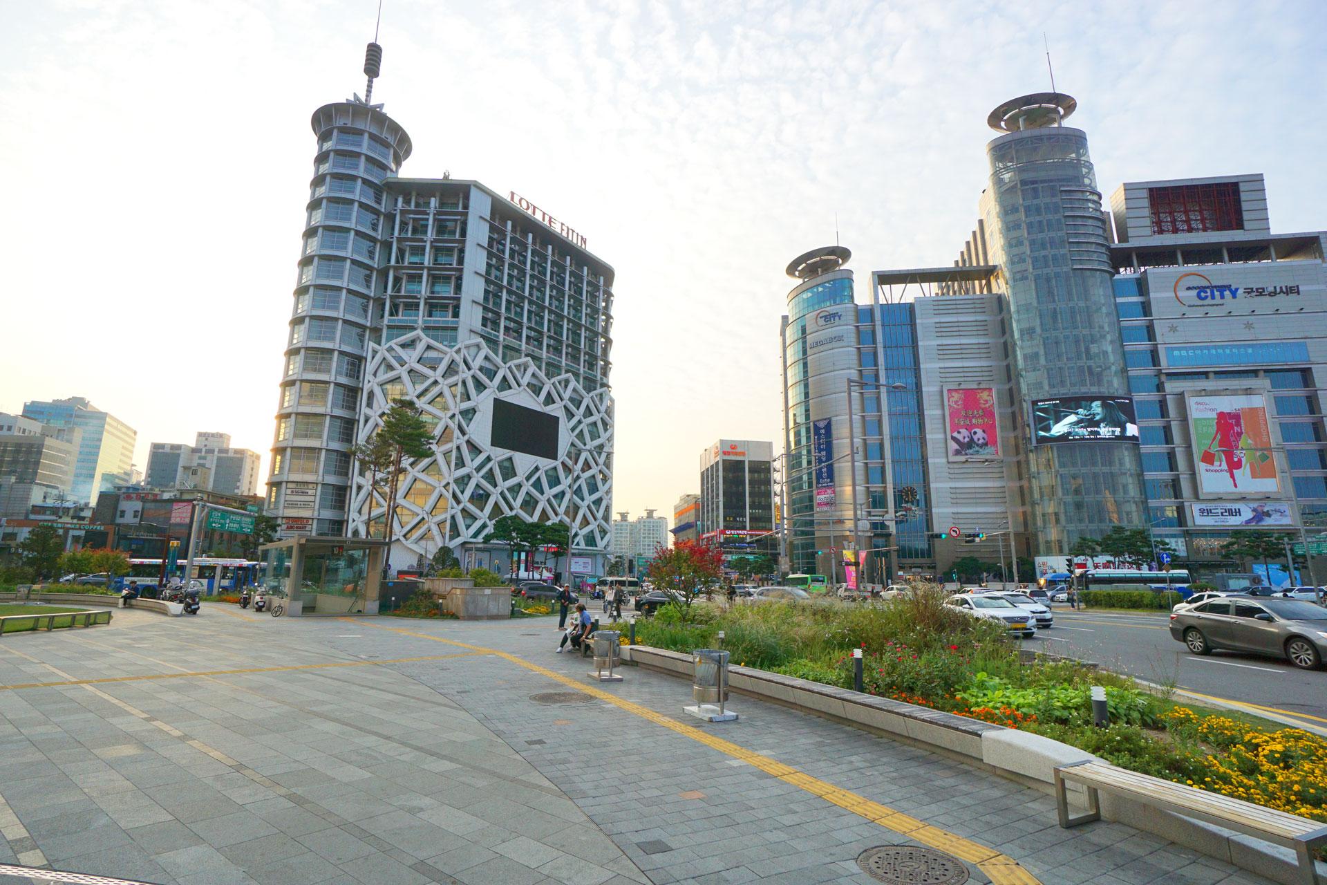 Rund um den DDP, den Dongdaemun Design Plaza, reihen sich Malls und Einkaufszentren aneinander.