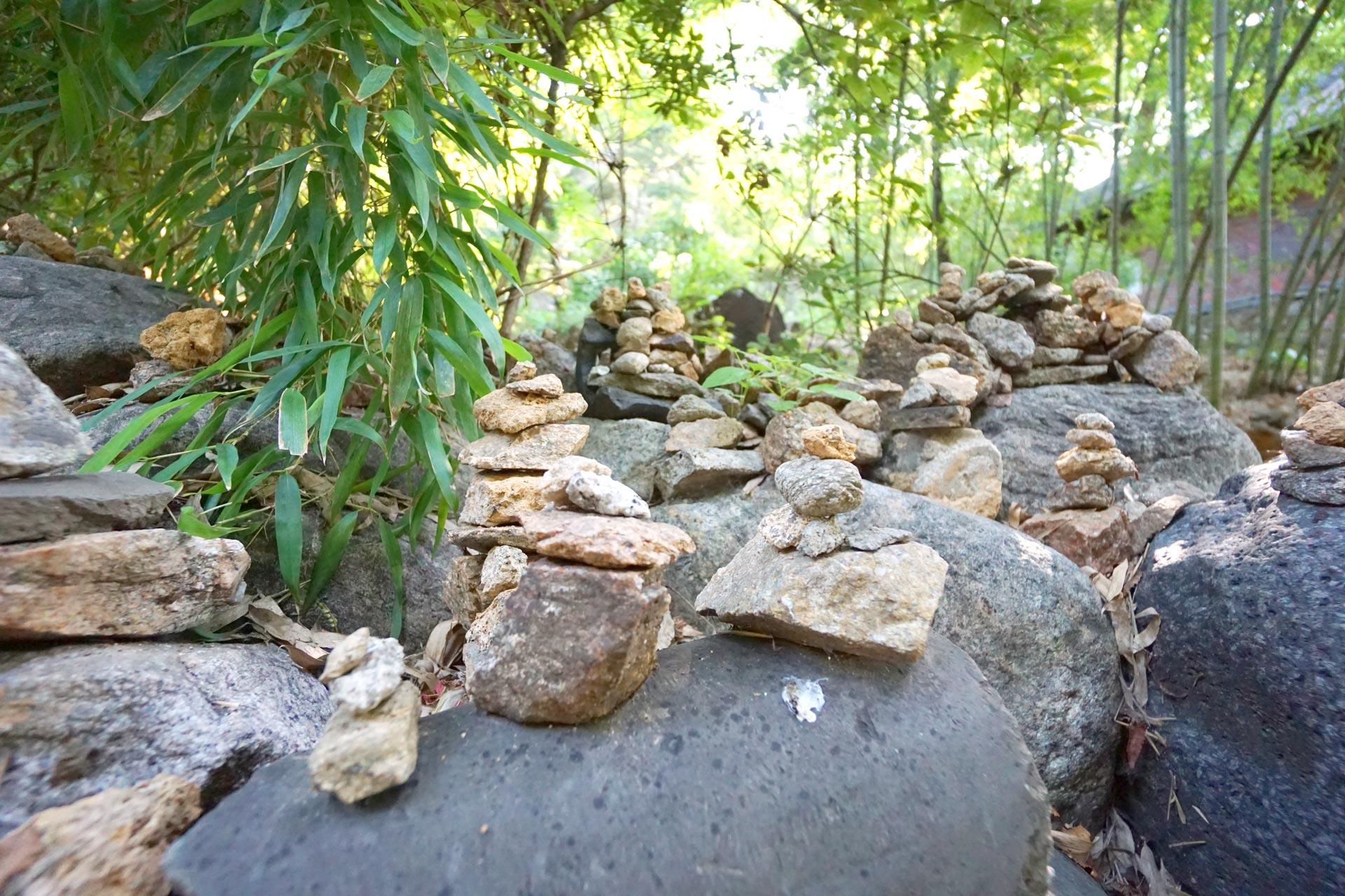 Wie in vielen anderen buddhistischen Tempeln finden sich auch in Gilsangsa unzählige Steinpagoden.