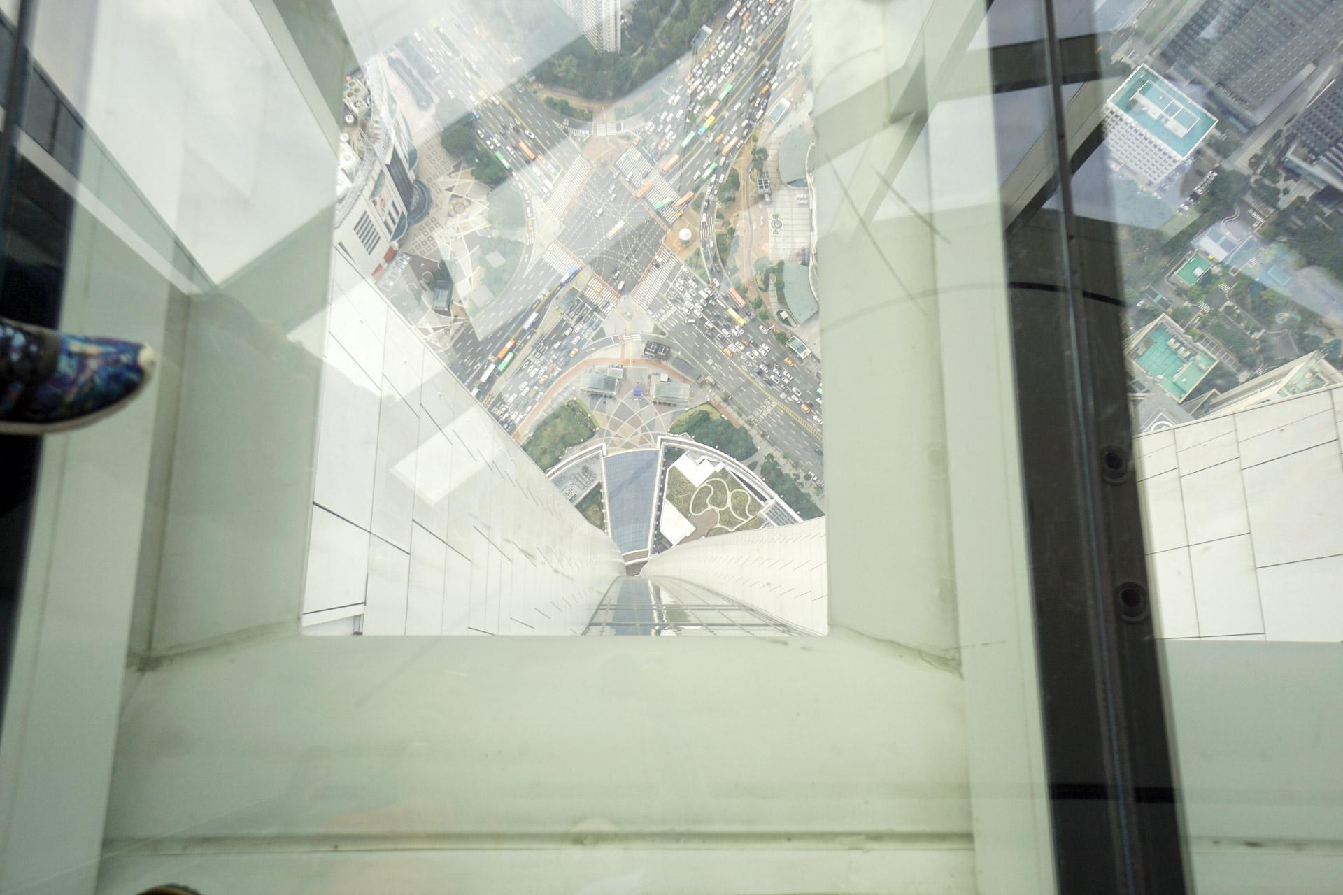 Blick in die Tiefe: Der Glasboden des Lotte World Towers erlaubt es den Besuchern ca. 500 Meter in die Tiefe zu blicken.