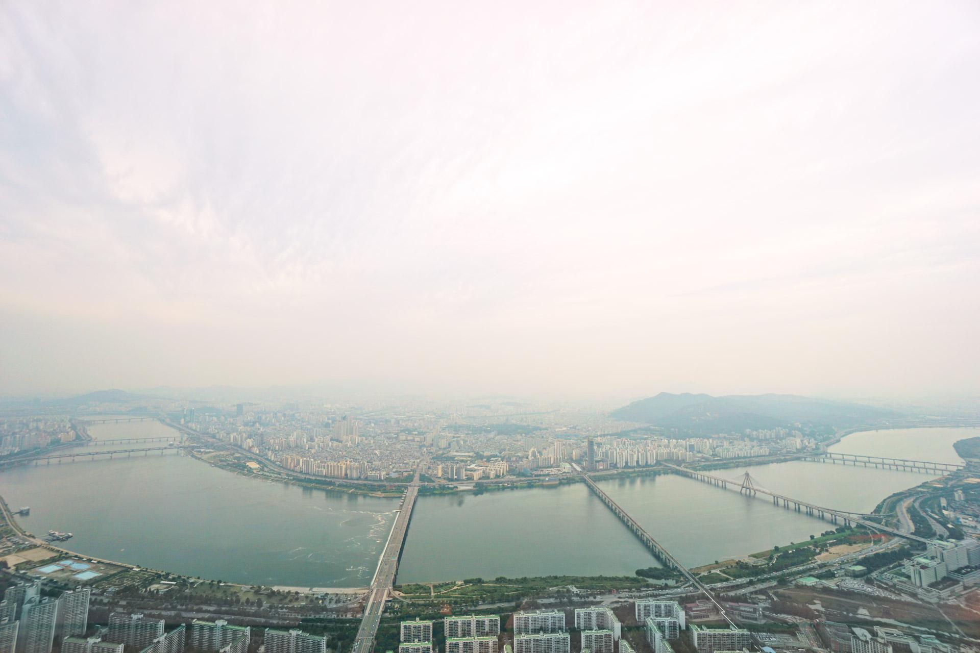 Der Han-Fluss, der mitten durch Seoul fließt, lässt sich sehr gut vom Lotte World Tower aus betrachten. Blick Richtung Norden.