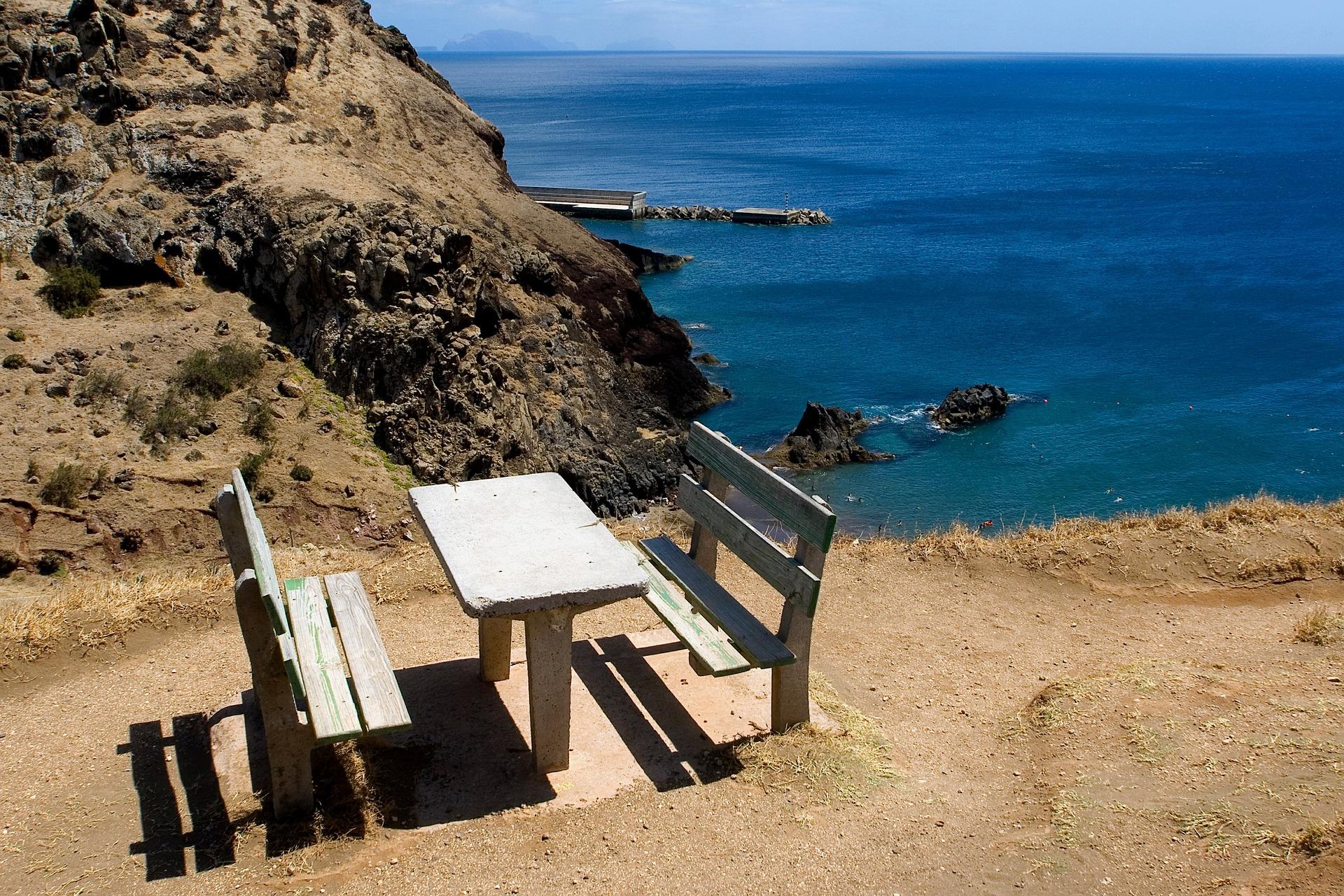 Wandern auf Madeira: Auch für Ruhepausen ist gesorgt. Immer wieder finden Sie Rastplätze vor atemberaubender Kulisse