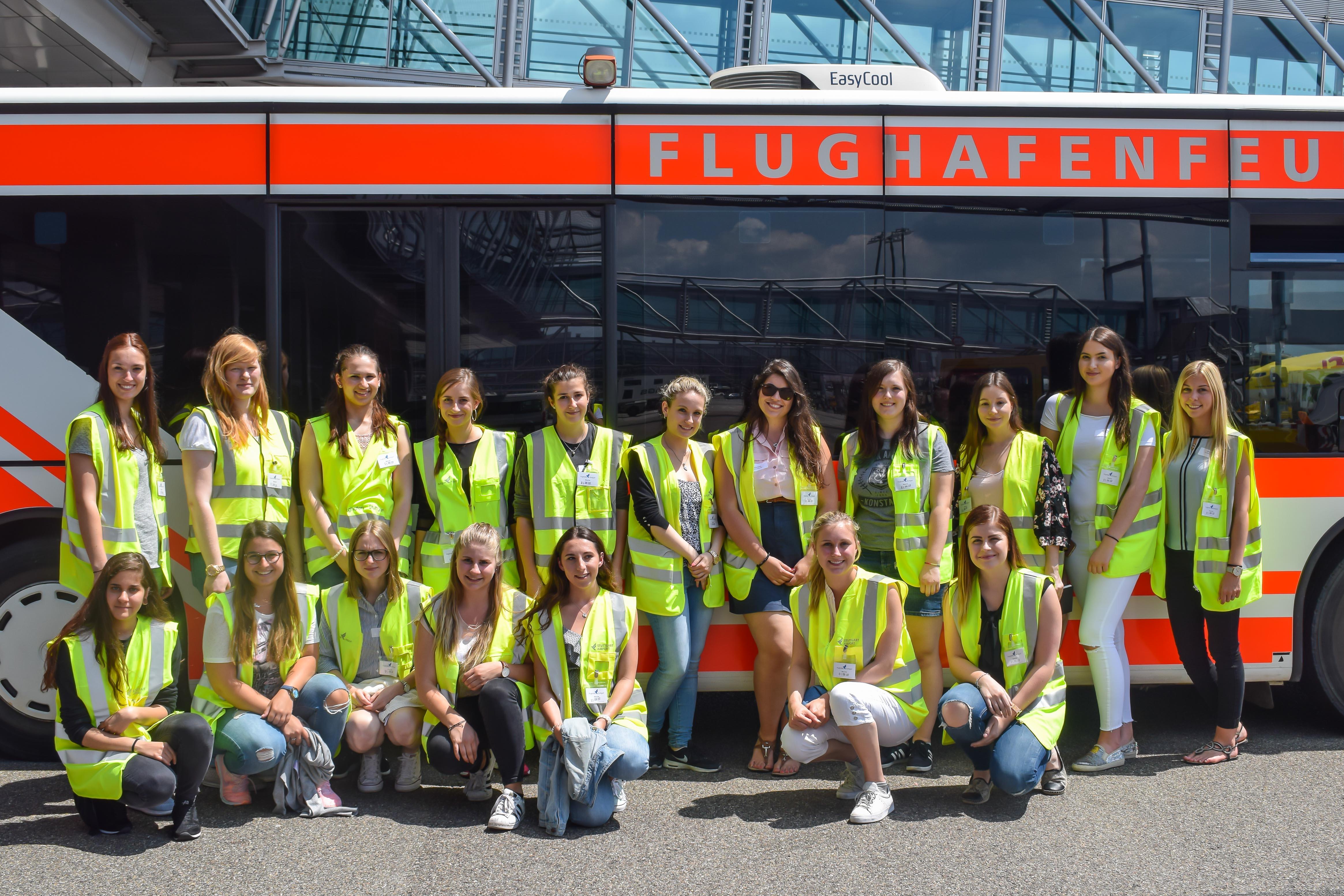 Die Teilnehmer des Rundgangs am Stuttgarter Flughafen