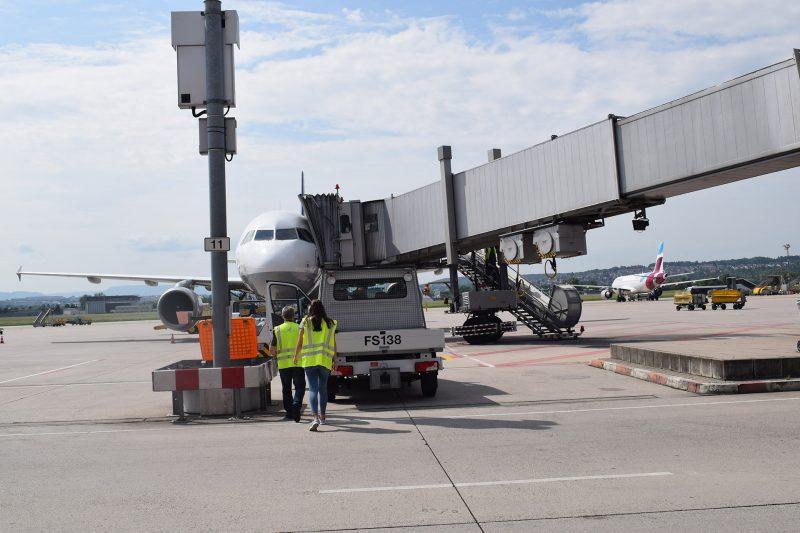 Lufthansa A320 mit Passagierbrücke in Stuttgart