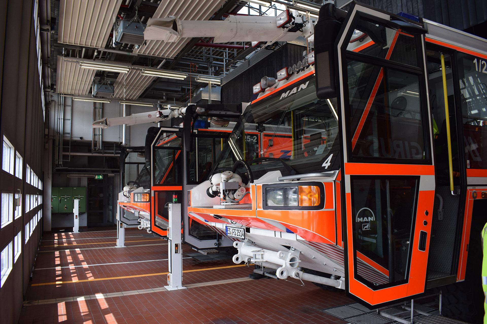 Hochmoderne Feuerwehrfahrzeuge am Flughafen Stuttgart