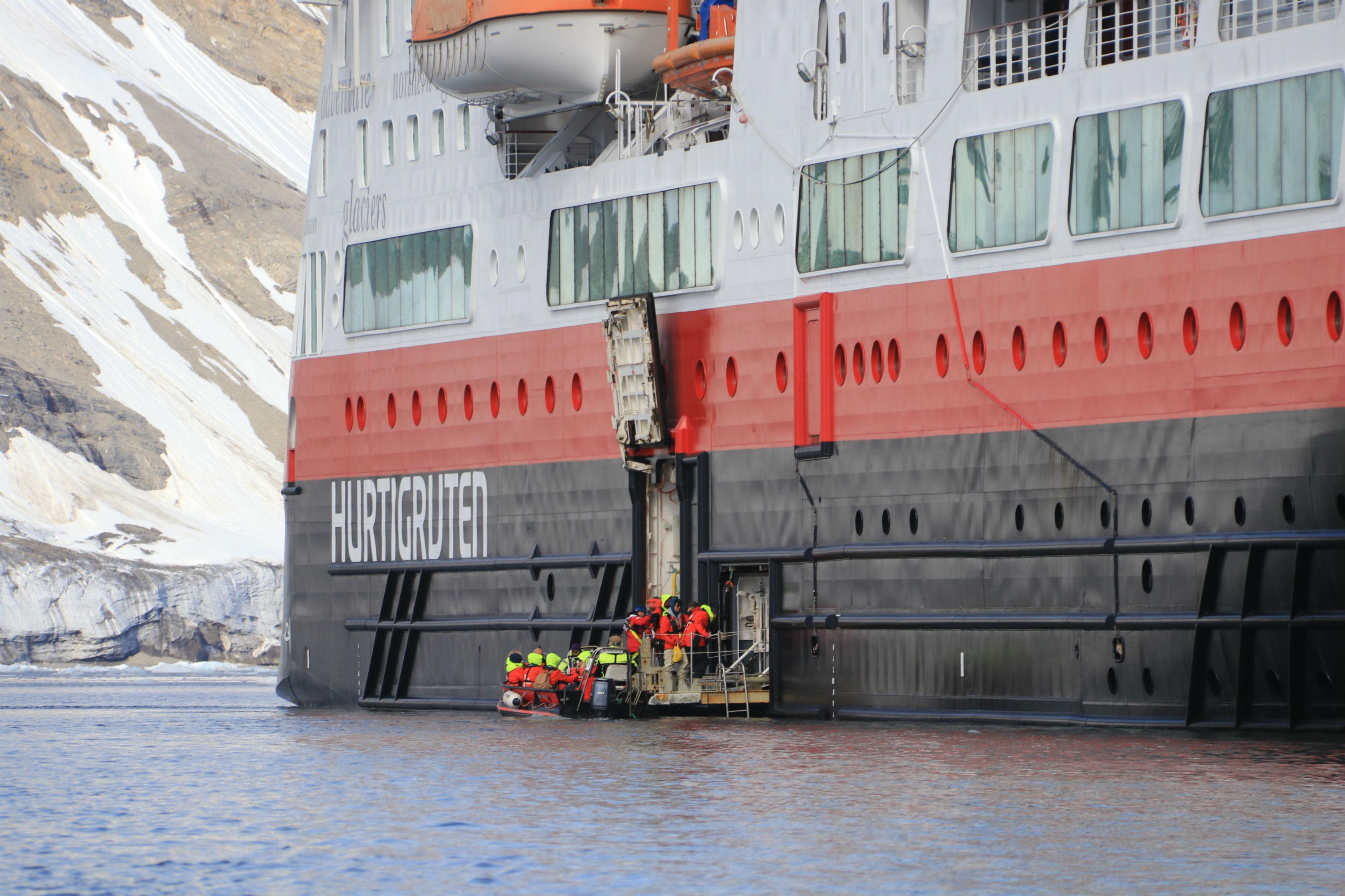 Arnau Ferrer: Die Hurtigruten in Spitzbergen bei einer Anlandung
