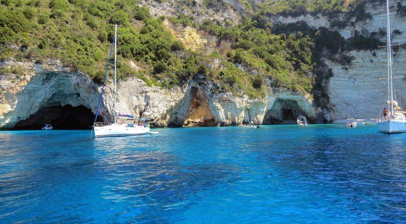 Kleine Höhlen in den Felsen