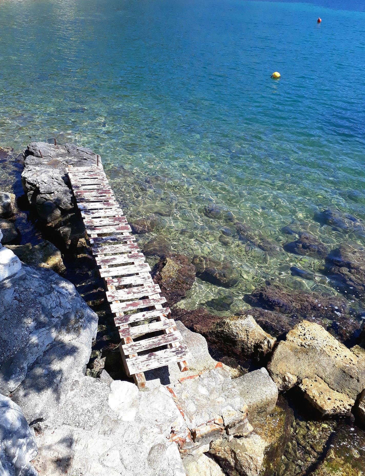 Kristallklares Wasser dank der vielen Steine und kleinen Felsen im Meer