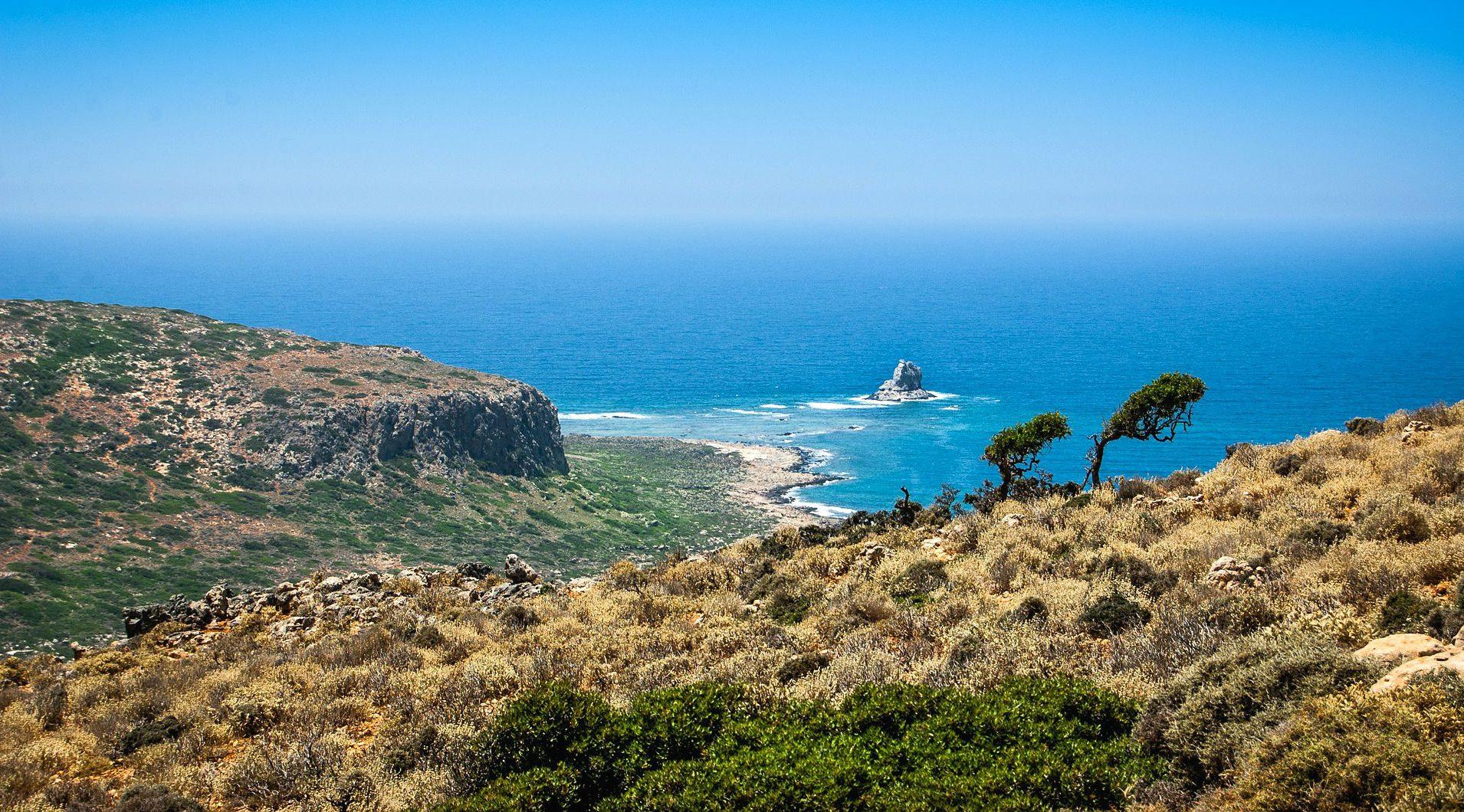 Kretas grüne Landschaft mit Blick auf das blaue Meer