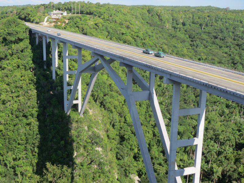 Eine Brücke auf Kuba