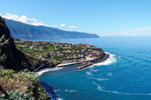 Madeiras Küste mit Blick auf die Berge