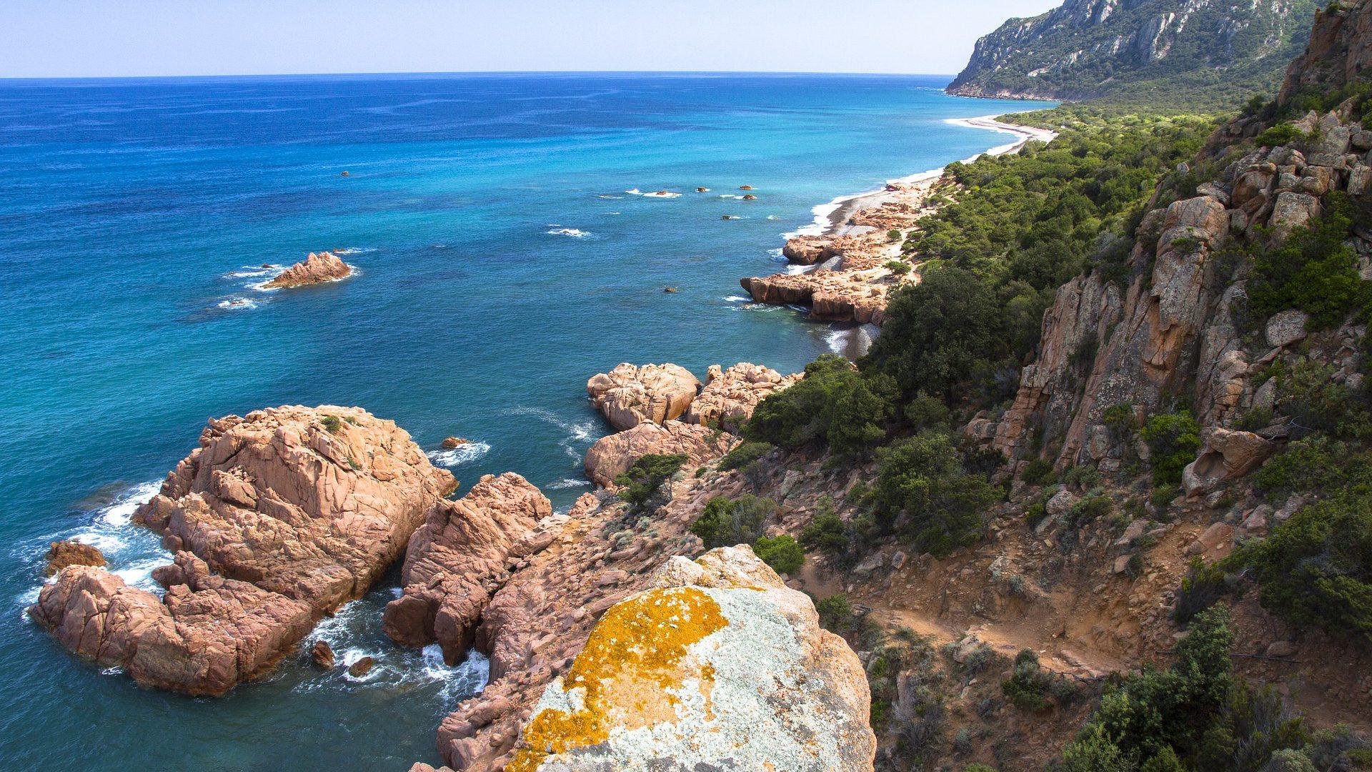 Felsküsten prägen die Insel Sardinien