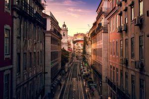 Lissabons farbenprächtige Straßen bei Sonnenuntergang