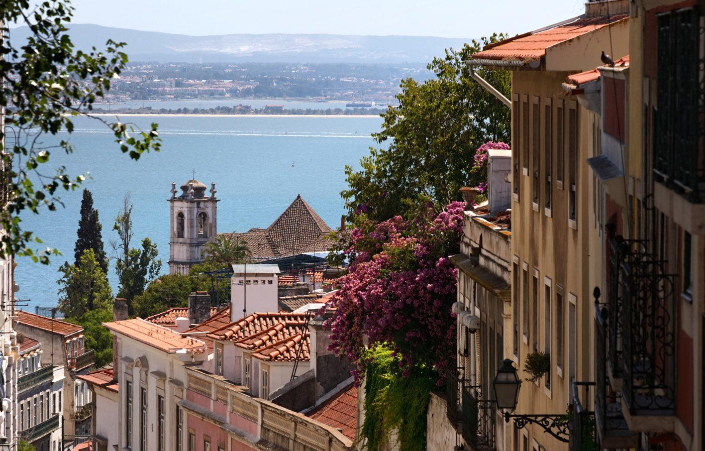 Lissabons Altstadt mit Blick auf den Fluss Tejo