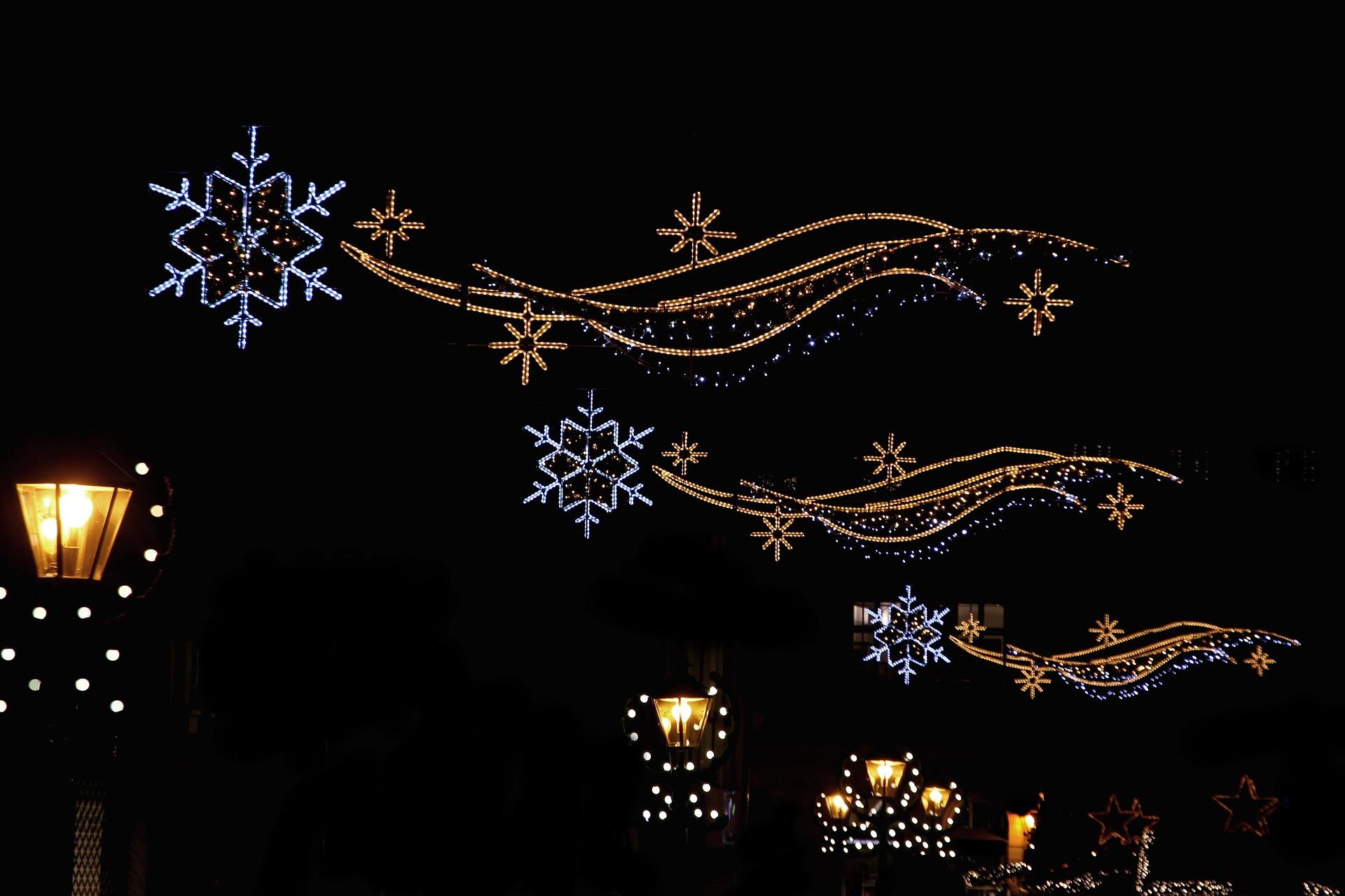 Nicht nur die Holzhütten, sondern auch die Straßen verwandeln sich zur Weihnachtszeit in ein funkelndes Lichtermeer