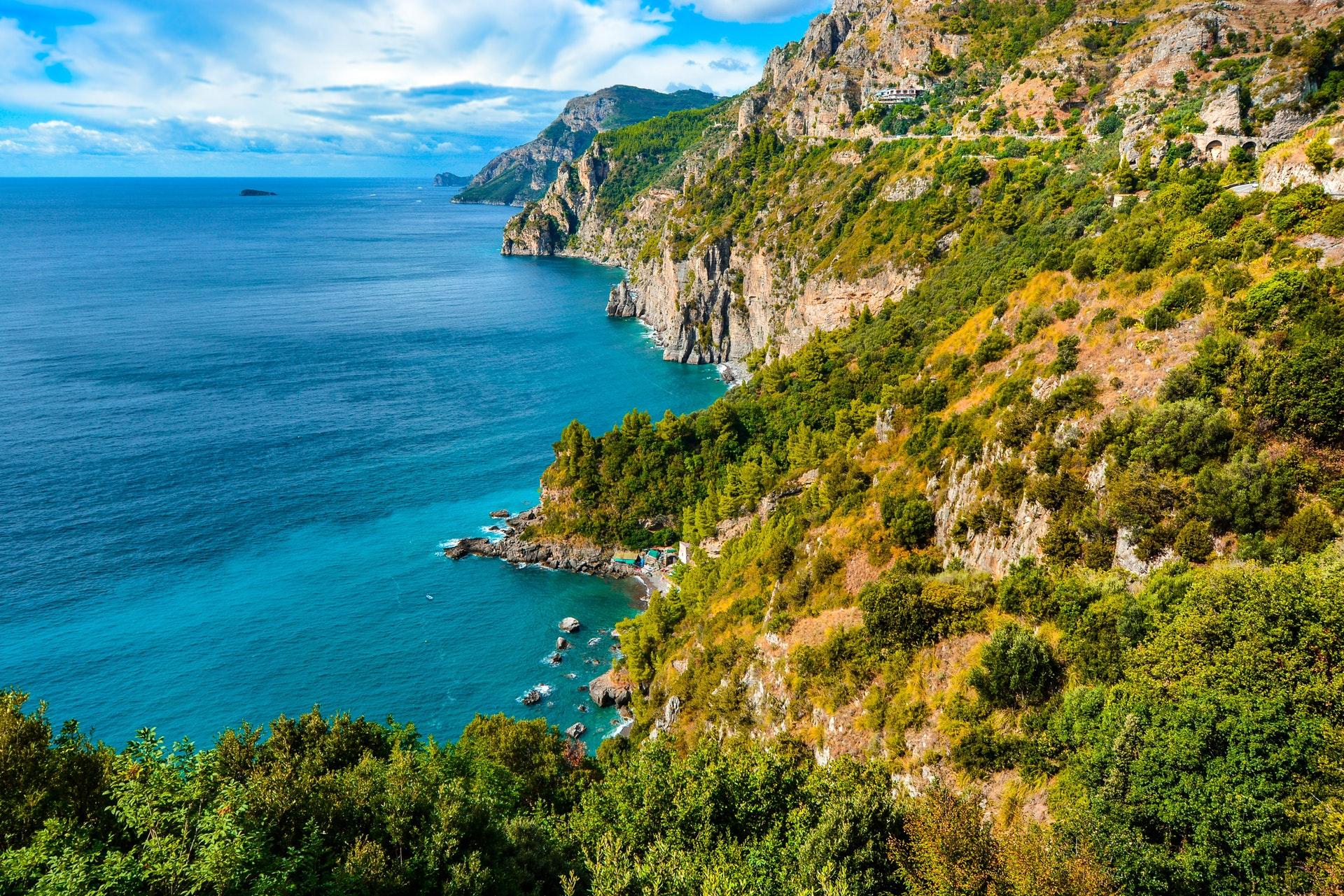 Amalfi lockt mit wunderschönen Küsten am Tyrrhenischen Meer