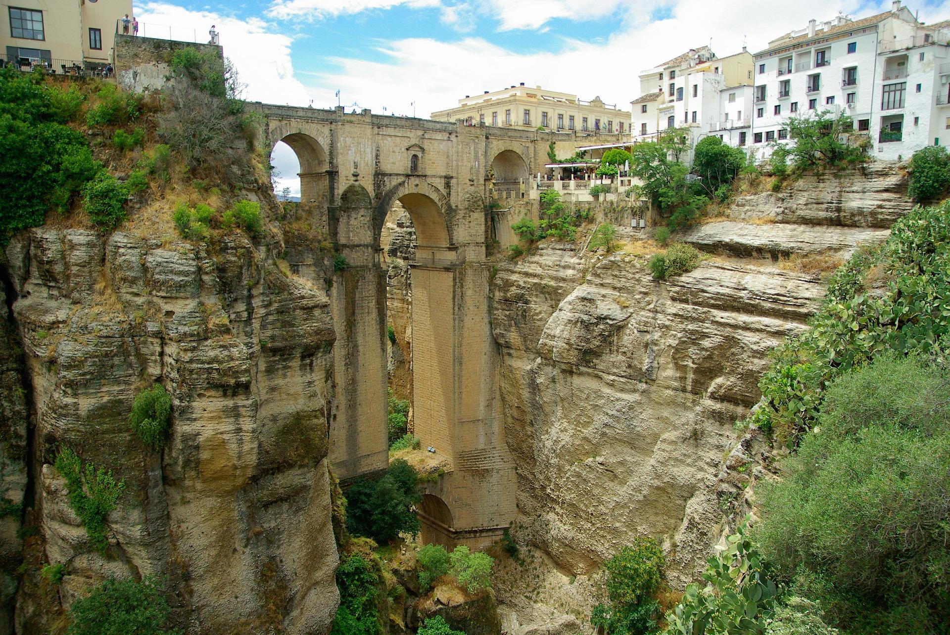 Ronda ist bekannt für seine architektonisch einzigartige Brücke, die beide Stadtteile vereint