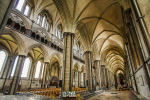 Die Säulen und Bögen von Westminster-Abbey in London