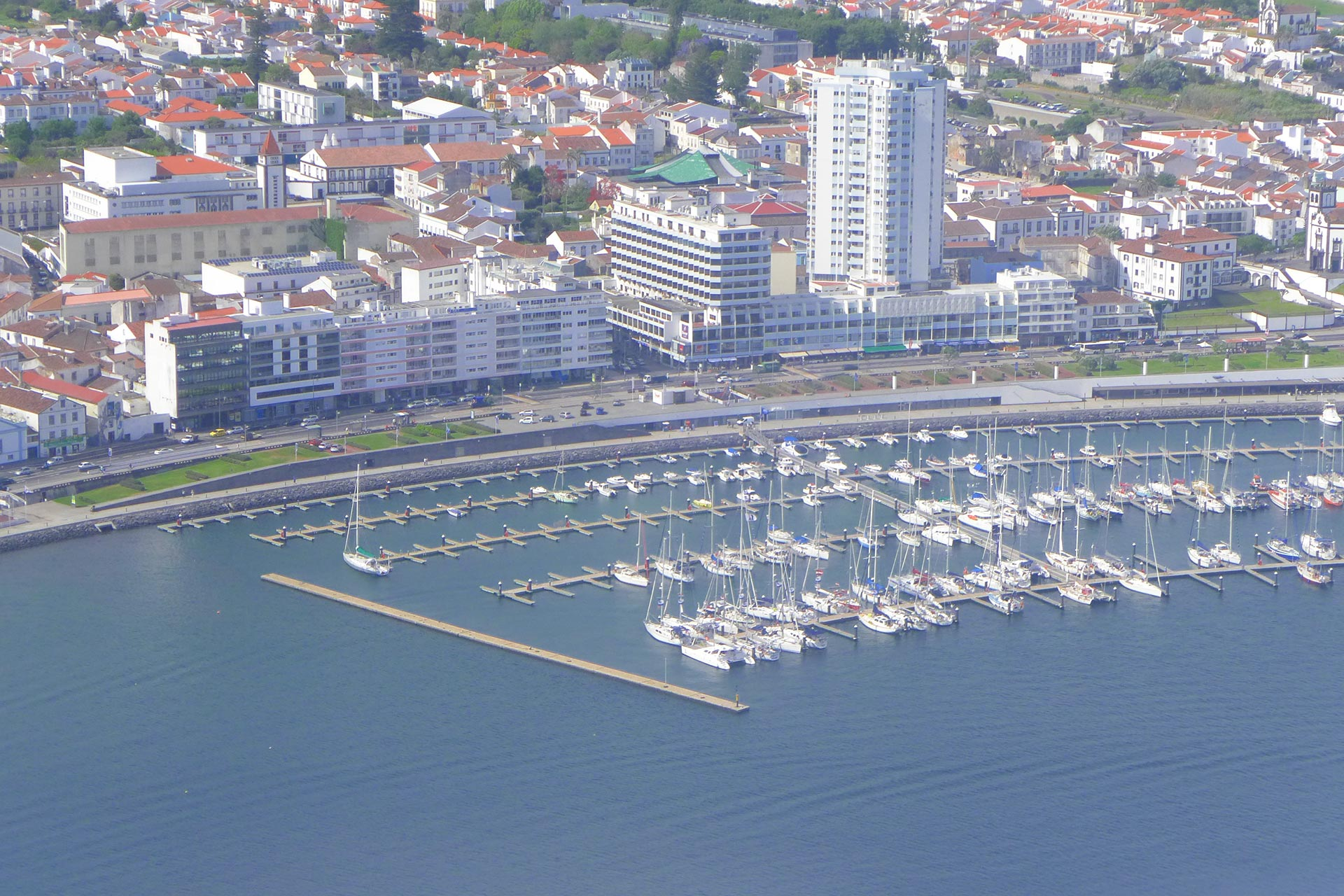 Luftbild vom Hafen Porta Delgada