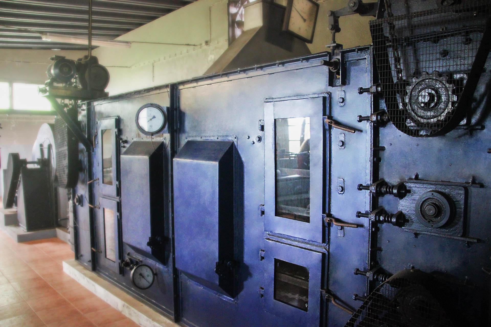Historisches Modell. Maschine zur Teeverarbeitung