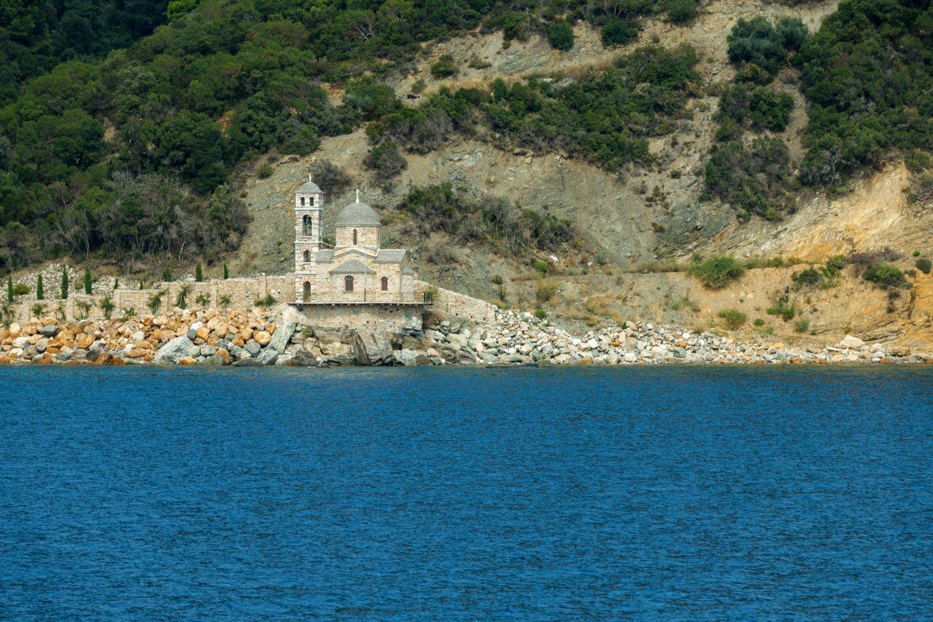Kleine Kappelle entlang der Küste
