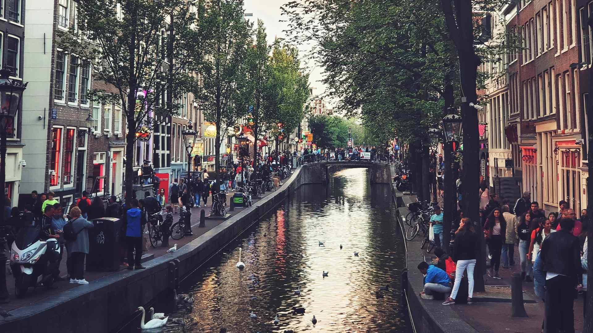 Amsterdam Gracht mit Menschen
